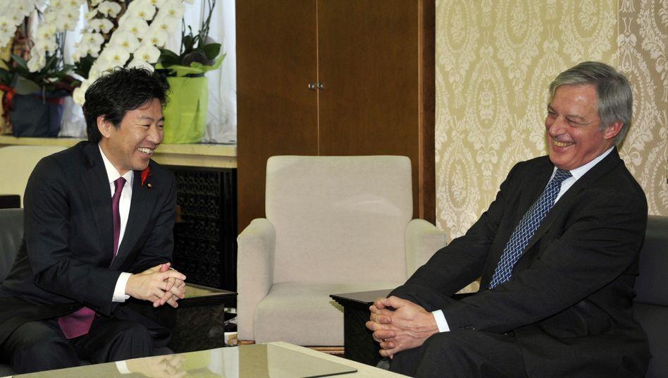 Japanischer Finanzminister Azumi, französischer Notenbankchef Noyer: Druck auf Europa