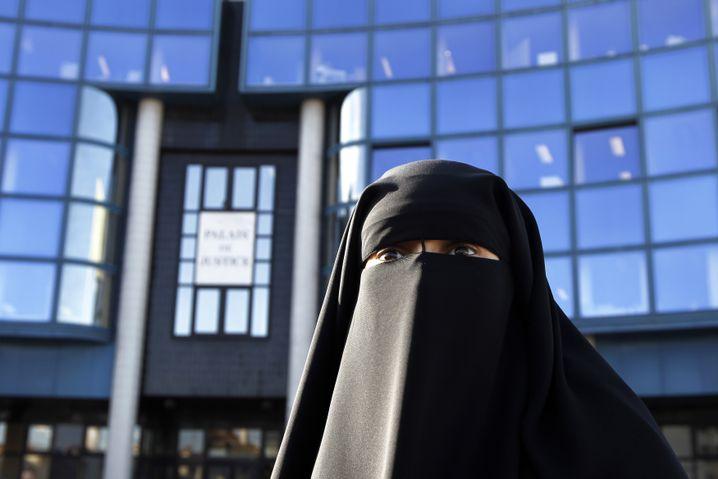 Niqab tragende Französin vor einem Gericht (2012)