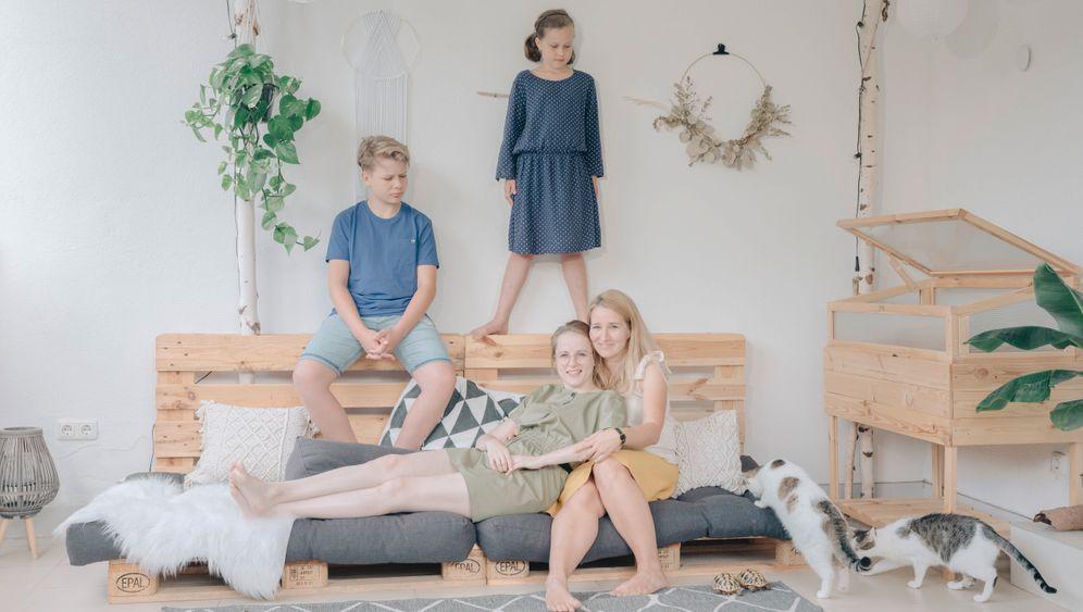 Das System Familie sieht bei jedem anders aus, und es prägt jede(n) anders: Matti und Elli wachsen in einer Regenbogenfamilie auf. Sie haben denselben Vater – und zwei Mütter, Regina und Anne