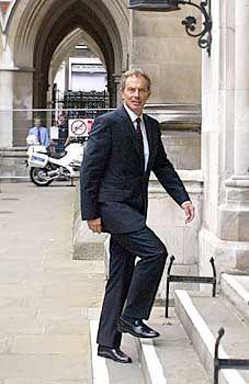 Souveräner Auftritt: Tony Blair auf dem Weg zum Kelly-Untersuchungsausschuss
