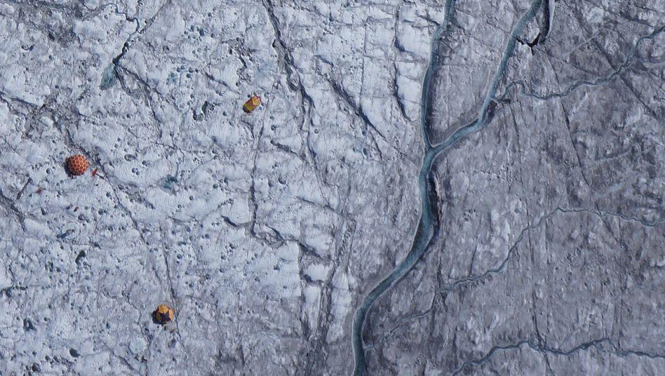 Drohnen-Aufnahme von 2014, bei den braunen Elementen im Bild handelt es sind um Zelte