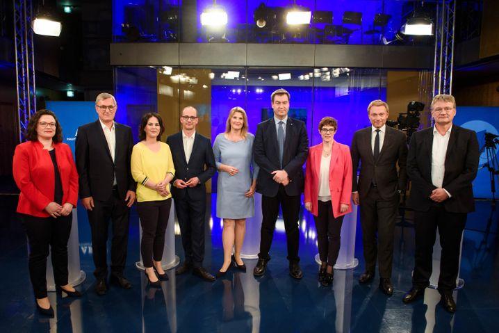 Die Parteichefs mit den Moderatoren Christian Nitsche (4.v.l.) und Tina Hassel (M.)