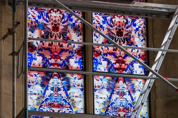 Das erste der drei von Gerhard Richter entworfenen Fenster wurde Anfang August eingebaut