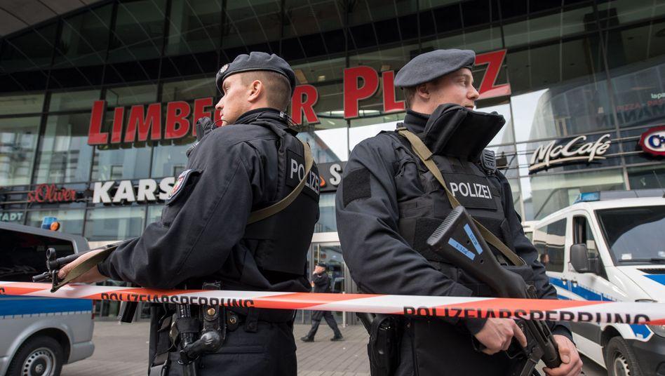 """Polizisten am Einkaufszentrum """"Limbecker Platz"""" in Essen"""