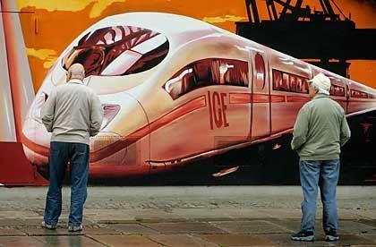 Wandbild am Bahnhof Dresden-Mitte: Die Bahn wird schneller - und teurer