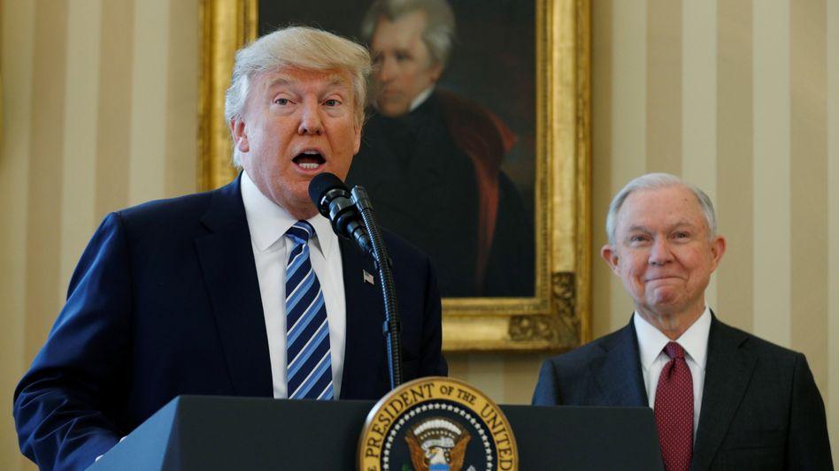 Donald Trump und Jeff Sessions (r.), damals US-Präsident und Justizminister, im Februar 2017