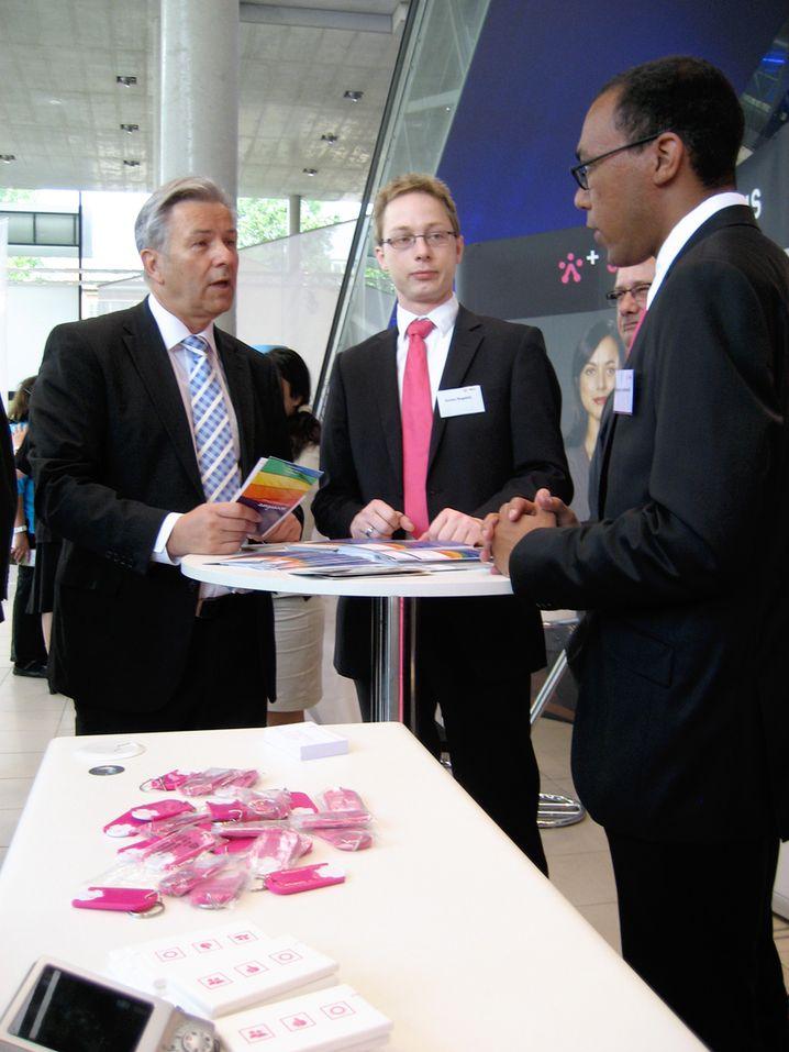 """Klaus Wowereit am Stand der Telekom: """"Wie sieht's bei Ihnen im Konzern aus?"""""""
