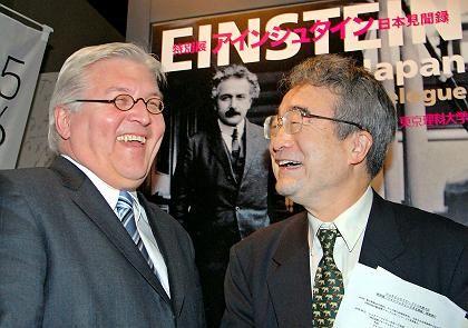 Steinmeier (l. mit Kazuo Kitahara, Chef des Einstein-Komitees in Tokio): Deutschland nicht mehr unbedingt für Aufhebung des EU-Waffenembargos gegen China