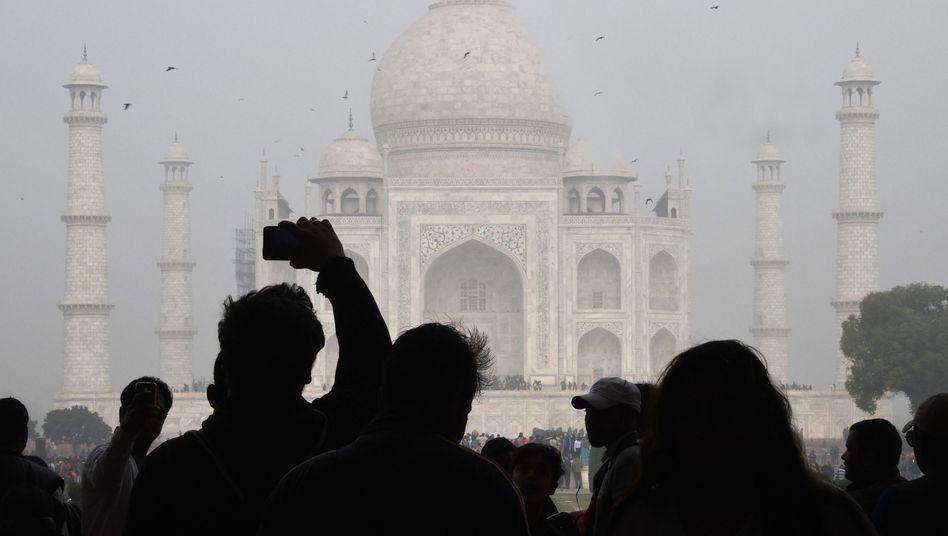Besucher vor dem Taj Mahal