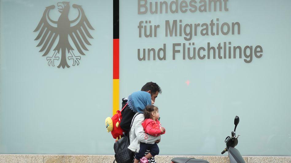 Eine Familie vor dem Bundesamt für Migration und Flüchtlinge in Berlin
