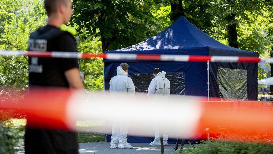 Beamte der Spurensicherung am Tatort im Kleinen Tiergarten