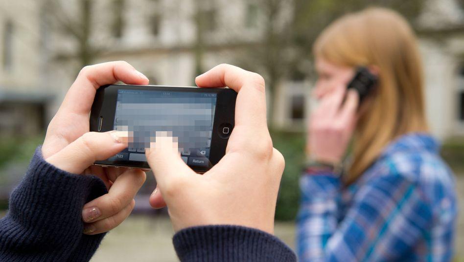 Schüler mit Smartphones (Archiv)