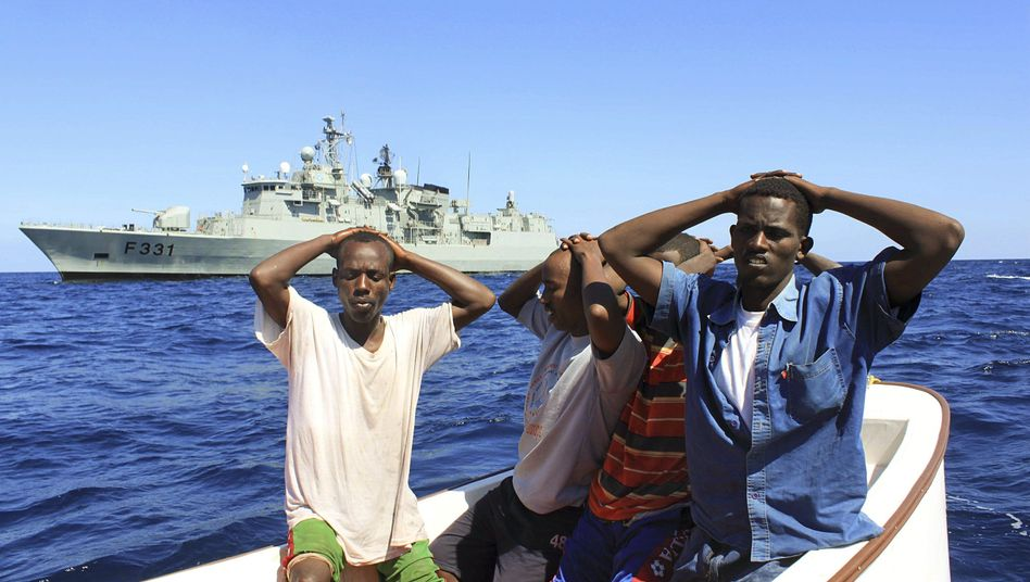 Festgenommene, mutmaßliche somalische Piraten: Besserer Schiffsschutz durch Söldner?