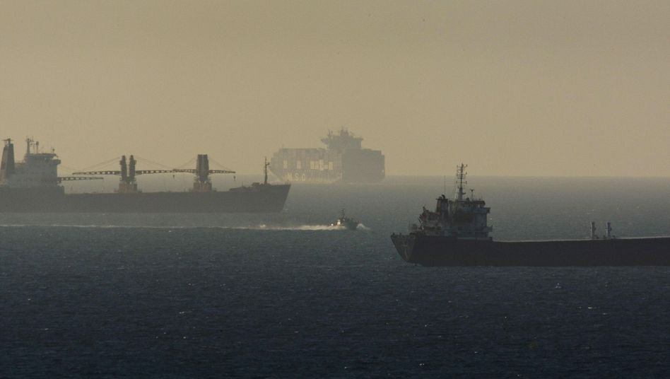 """Marineboot Israels zwischen Frachtschiffen (Archivbild): """"Nicht denselben Fehler machen"""""""