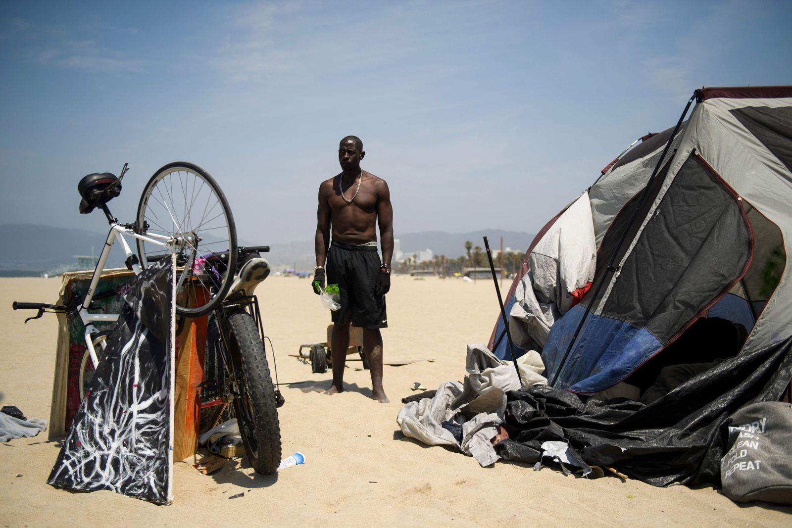 TOPSHOT-US-TOURISM-HOMELESSNESS-CALIFORNIA