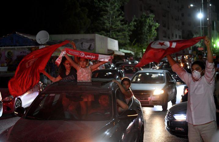 Unterstützer des Präsidenten jubeln in den Straßen von Tunis