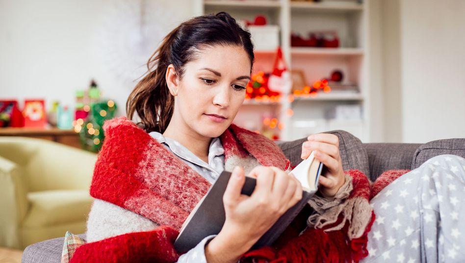 Leserin in der Weihnachtszeit