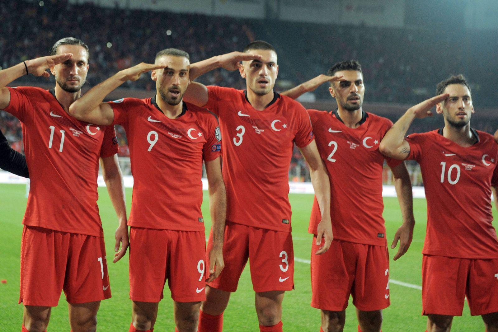 """Türkische Nationalspieler beim """"Salut-Jubel"""""""