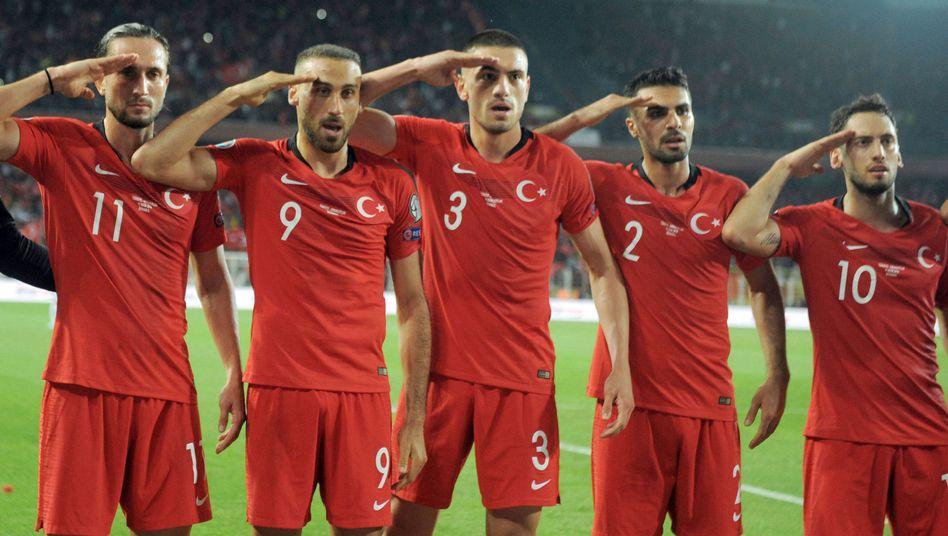 Salut beim Qualifikationsspiel gegen Albanien
