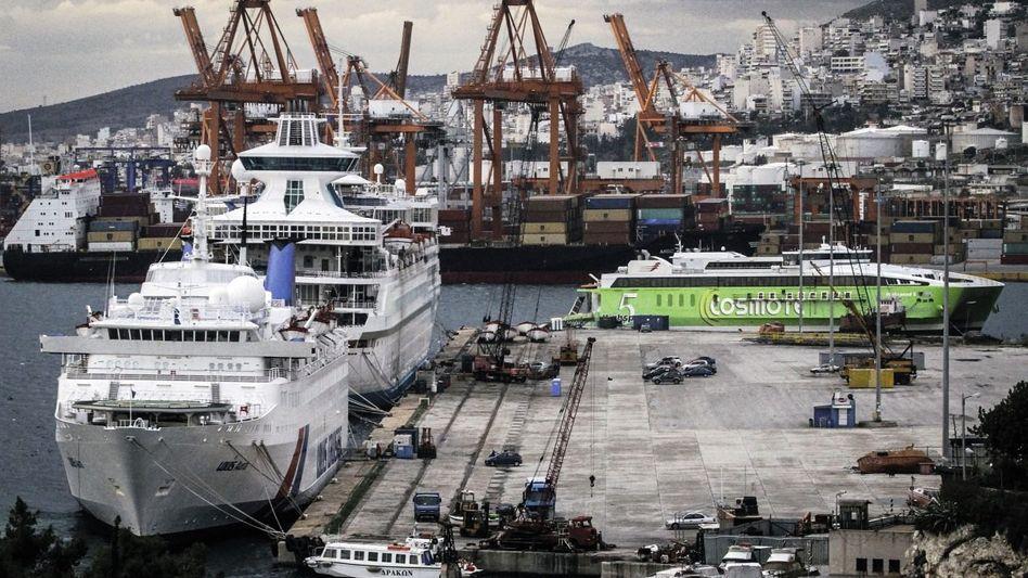 Passagierschiffe, Containerterminal im Hafen von Piräus