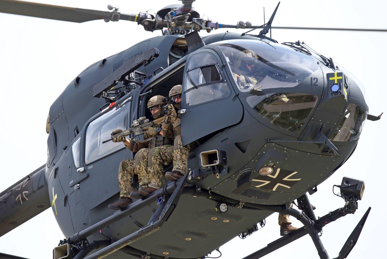 Kommandosoldaten des Kommando Spezialkräfte KSK sitzen im Helikopter vom Typ Airbus Helicopters H1