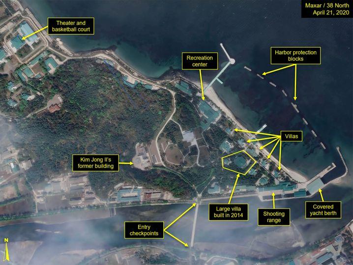 Das beschriftete Satellitenbild erklärt den Aufbau von Kim Jong Uns Anlage in Wonsan an der nordkoreanischen Ostküste