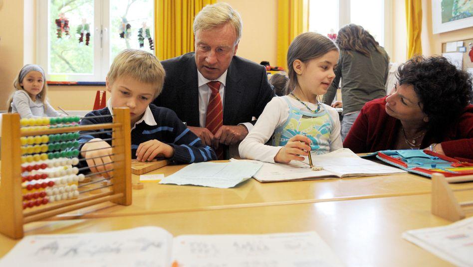 Bürgermeister Beust und Senatorin Goetsch mit Grundschülern: Alarmsignale allerorten