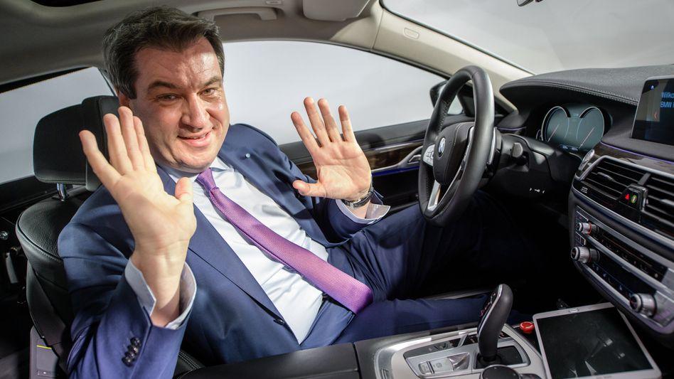 Mit dem Verbrenner in die Zukunft? I wo! Bayerns Ministerpräsident Markus Söder im BMW-Entwicklungszentrum Unterschleißheim