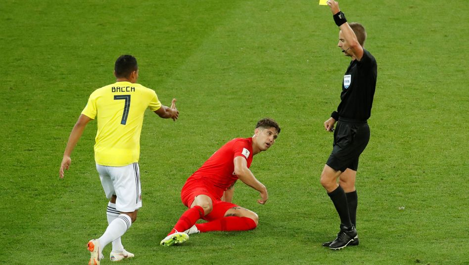 Gelbe Karte für Kolumbiens Carlos Bacca nach einem Foul an Englands John Stones