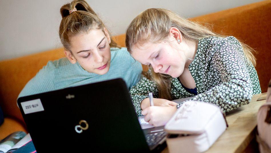 Schülerinnen bei den Hausaufgaben