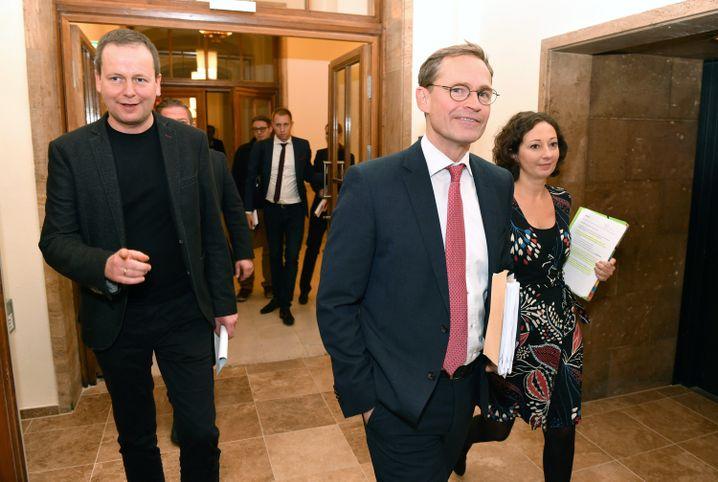 Bürgermeister Müller mit R2G-Kollegen Lederer, l., und Pop