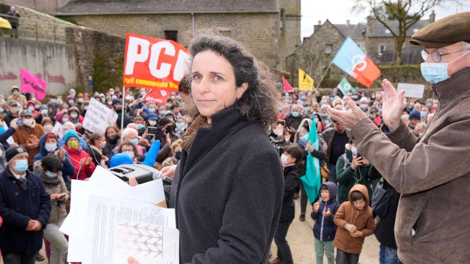 Journalistin Morgan Large mit Unterstützerinnen und Unterstützern bei Demonstration Anfang April: Drohanrufe und ein manipuliertes Auto