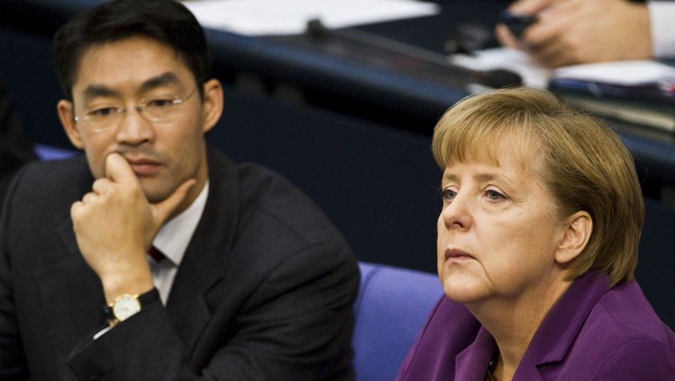 FDP-Chef Rösler, Kanzlerin Merkel: Koalition bangt um das Reförmchen