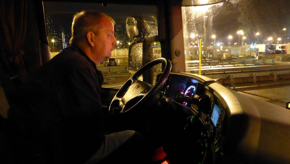Joostberends in seinem Lkw: Mitten in der Nacht geht es in Calais durch den Zoll