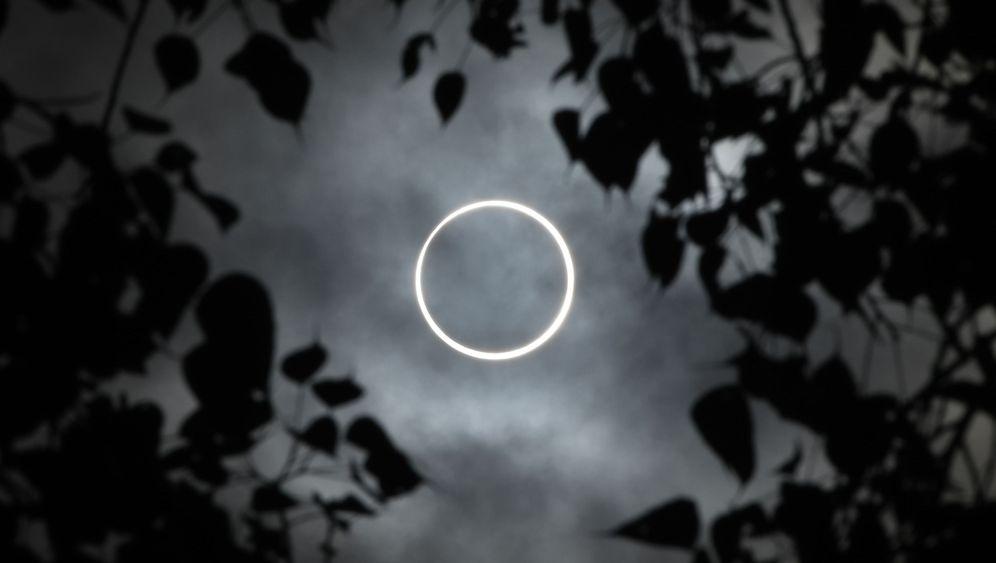 Sonnenfinsternis in Asien: Ein leuchtender Ring um den Mond