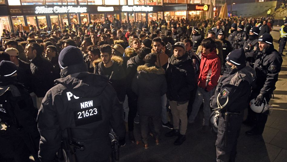 Polizisten umringen Männer am 31.12.2016 am Kölner Hauptbahnhof