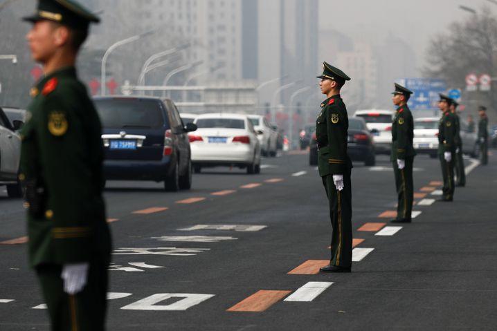 Polizisten bewachen die vielbefahrene Changan Straße in Peking: Ein Hinweis auf hohen Besuch?
