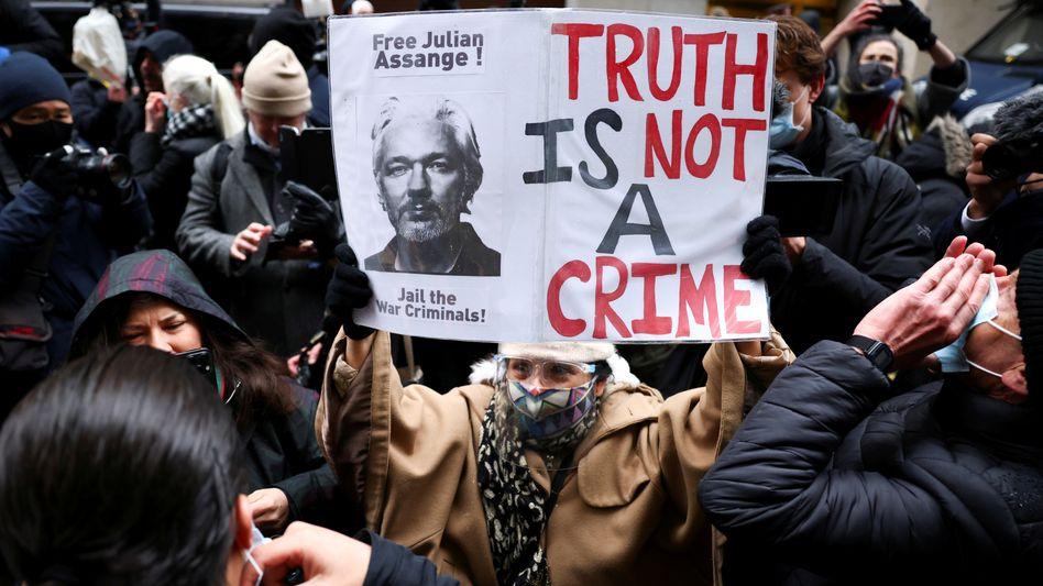 Vor der Urteilsverkündung forderten Protestierende vor dem Gericht in London die Freilassung des WikiLeaks-Gründers