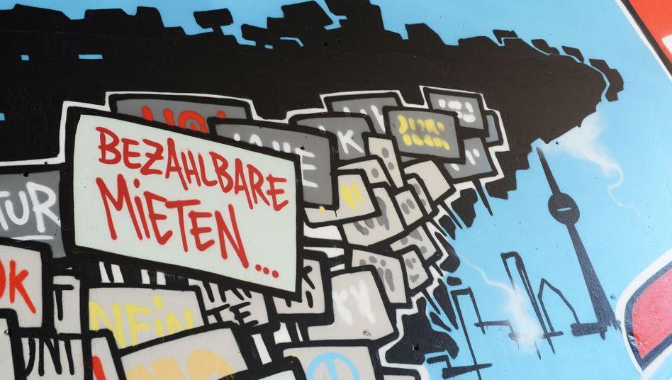 Graffito für bezahlbare Mieten in Berlin: Hohe Belastung durch Betriebskosten