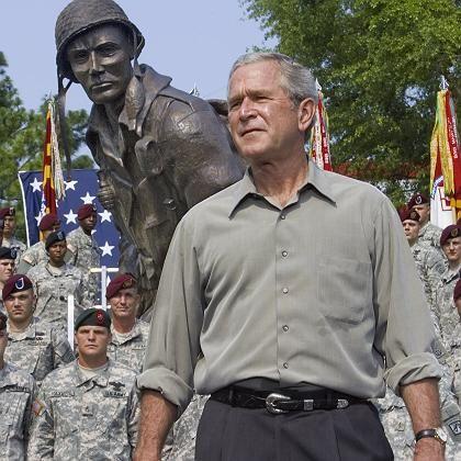 """Präsident Bush auf dem US-Stützpunkt Fort Bragg (4. Juli 2006): """"Die Kriegsrhetorik hat ihm geholfen, wiedergewählt zu werden"""""""