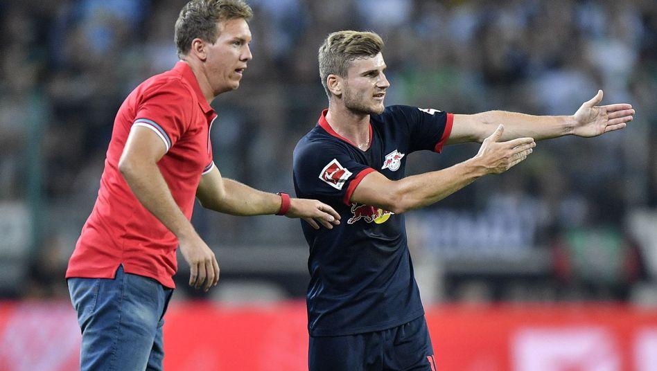 RB-Trainer Julian Nagelsmann und sein Angreifer Timo Werner diskutieren das Geschehen auf dem Feld