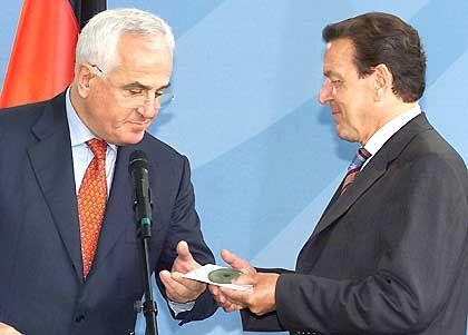 Peter Hartz bei der Berichts-Übergabe an Gerhard Schröder