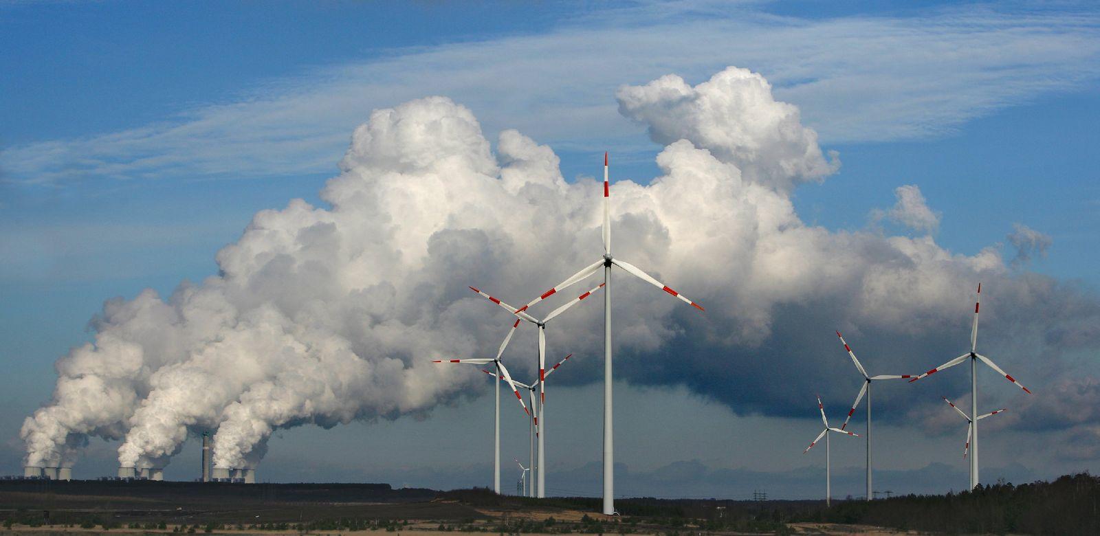 Braunkohlekraftwerk/ Windräder