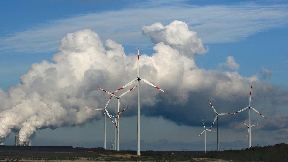 Windräder vor Braunkohlekraftwerk: Auch RWE schließt eine Preiserhöhung nicht aus