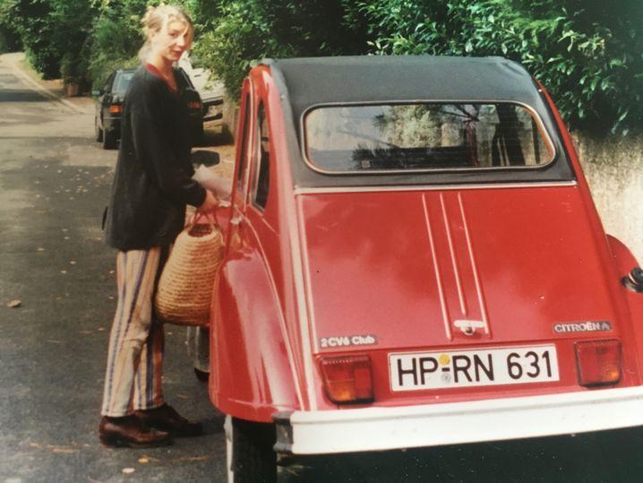 Katja Iken neben ihrem Citroën 2CV Club