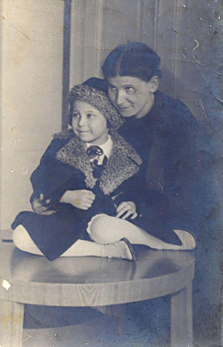Janina mit ihrer Mutter, 1936