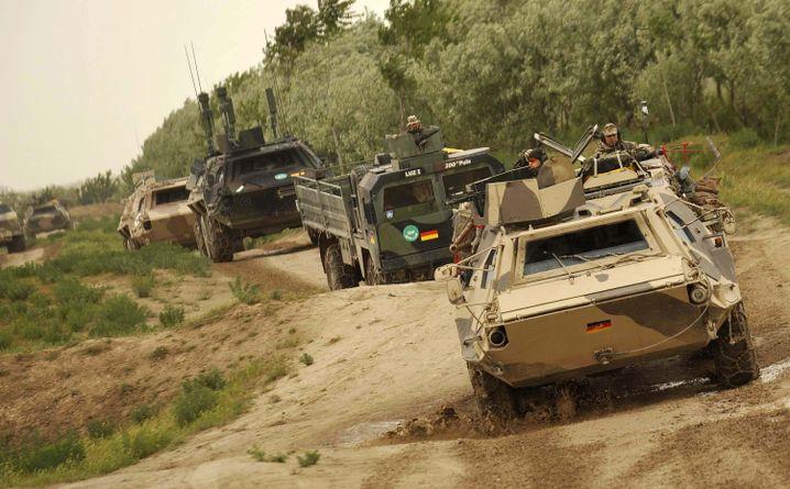 """Bundeswehr-Konvoi (im April 2009 bei Kunduz): """"Im Moment ist Krieg"""""""
