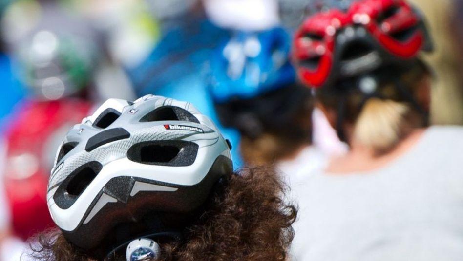 Frauen mit Fahrradhelmen: Auf Nummer sicher