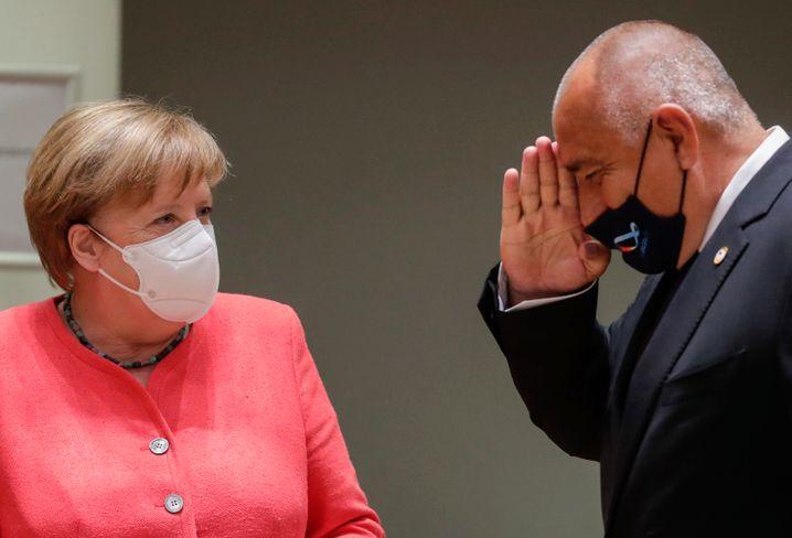 Jawoll, scheint der Bulgare Borissow zu salutieren. Seine Maske hat er ein winziges Stück höher geschoben.