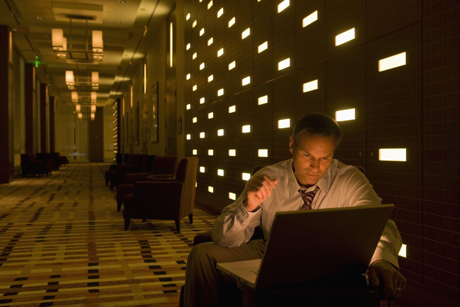 NICHT MEHR VERWENDEN! - Laptop / Hotel / Geschäftsmann